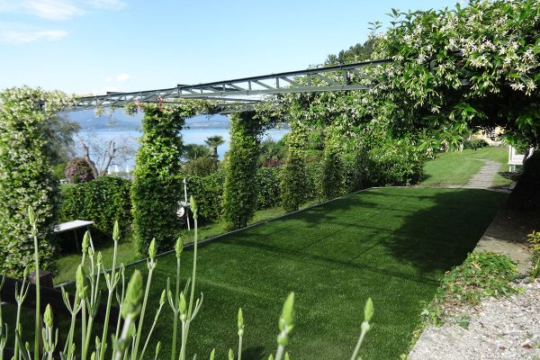 Giardino ion erba sintetica ad Angera