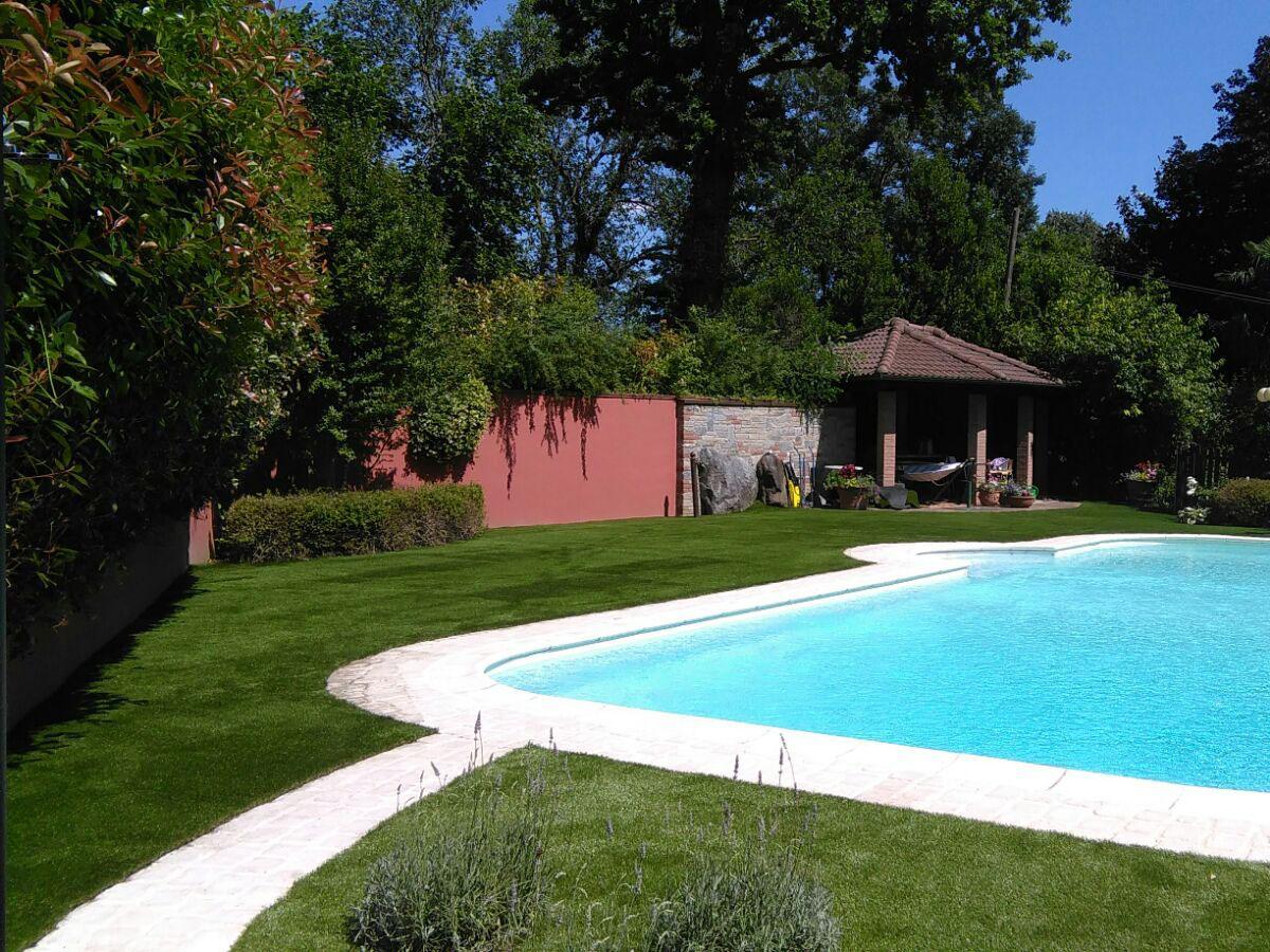 Prato sintetico Lucon in una piscina